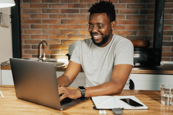 Ways to Freshen Up the Remote Work Routine after a year of pandemic life